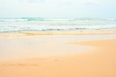 提取背景美好的蓝色cloudscape金黄海洋沙子海运春天夏天日落 与蓝色海洋和cloudscape的金黄沙子海滩 图库摄影