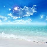 提取背景美好的蓝色cloudscape金黄海洋沙子海运春天夏天日落 库存照片