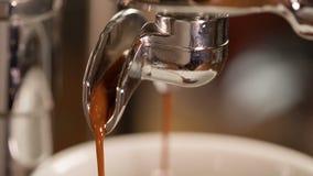 提取过程特写镜头录影从煮浓咖啡器的 股票视频