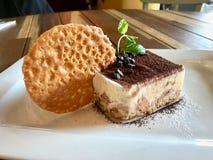 提拉米苏布丁用饼干和可可粉服务在餐馆/土耳其Muhallebi用饼干 免版税库存照片