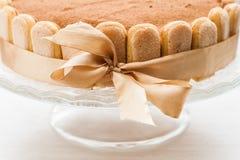 提拉米苏蛋糕庆祝的通报栓与与弓的一条丝带 库存图片