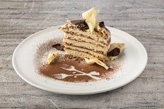 提拉米苏蛋糕用白色和黑暗的巧克力剥落 库存图片