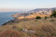 提比里亚市在日落的镇和Kineret内盖夫加利利海视图 免版税库存照片