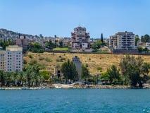 提比里亚-小山的城市在加利利海,以色列的岸 免版税库存照片