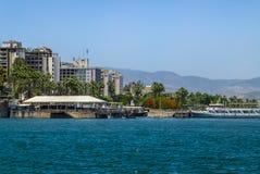 提比里亚-小山的城市在加利利海,以色列的岸 免版税图库摄影