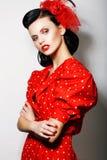 提炼。 红色圆点礼服的复杂的傲慢妇女有克服的胳膊的。 方式。 减速火箭的样式- Pin 库存照片