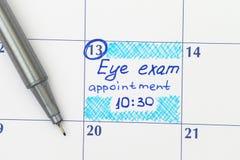 提示在日历的视力测验任命与笔 图库摄影
