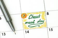 提示欺诈在日历的膳食天与绿色笔 库存照片
