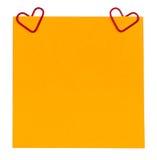 提示纸和夹子以被隔绝的心脏的形式 图库摄影