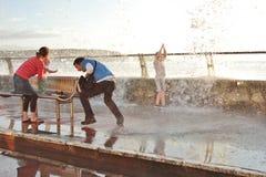 提防大浪在宽广的避风港威尔士英国 免版税库存照片