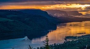 提高哥伦比亚峡谷的明轮船在日出 库存图片