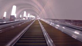 提高在地铁的自动扶梯 股票视频