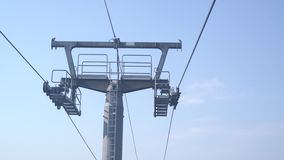 提高在电车,缆索铁路 在在晴朗的da的天空蔚蓝隔绝的支持柱子顶部的滑雪电缆车机制接近的看法  股票视频