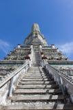 提高对Stupa在黎明寺 免版税库存图片