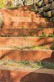提高有石头的一个庭院路径 库存照片
