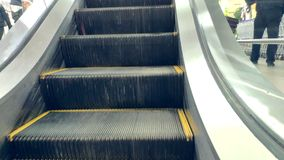提高购物中心的一个空的自动扶梯的特写镜头 股票录像