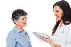 提建议的护士患者 免版税库存图片