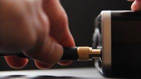 插入与镀金的插座绳子入话筒产品 股票视频