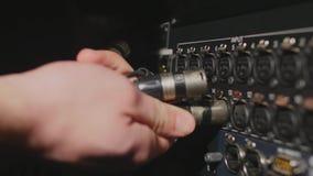 插入专业XLR音频缆绳对专业记录器的后面板 库存图片