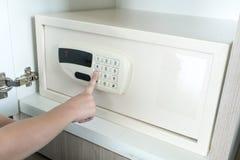 插入在电子挂锁的孩子手指密码 库存图片