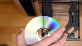 插入并且抛出在球员/记录器的空白的cd/dvd 影视素材