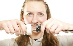 插入拔掉的电汇的女孩 免版税库存照片