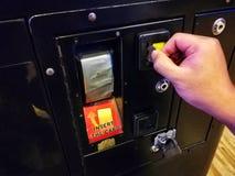 插入物十泰铢硬币到娱乐游戏里 投入硬币后自动操作 免版税图库摄影