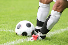 插入球的足球运动员 图库摄影