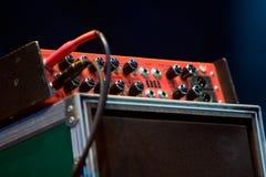 插入的放大器吉他 免版税库存照片