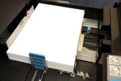 插入纸张A4到激光影印机 免版税图库摄影