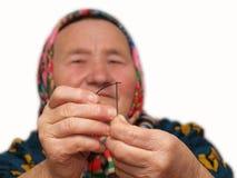 插入螺纹的妇女在针 免版税库存图片
