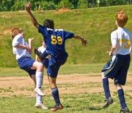 插入足球的球童 免版税库存图片
