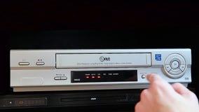 插入VHS磁带入录象机球员 影视素材