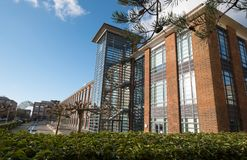 插孔,为一个被更新的艺术装饰样式大厦的办公室服务在法布拉商业区,汉普郡英国 库存图片