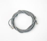 插接线与被铸造的RJ45插座的网络缆绳,隔绝在白色背景 免版税库存照片