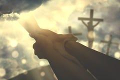 握上帝` s手的一个虔诚的人的手 库存照片