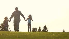 握两女儿和步行的手 股票视频