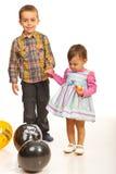 握他们的现有量的走的孩子 免版税库存照片