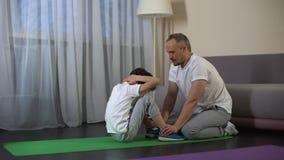 握他的儿子腿的有同情心的父亲,当做咬嚼,体育生活方式时 影视素材