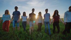 握在日落背景的十九个朋友剪影手 在行动的录影 影视素材