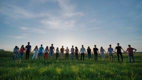 握在日落背景的十九个朋友剪影手 股票视频