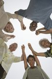 握在杂乱的一团的不同种族的人民手 库存照片