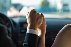 握在汽车的新娘和新郎手 免版税图库摄影