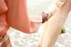 握在甜夫妇之间的手 库存图片