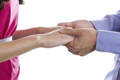 握在白色背景的年轻夫妇手 免版税库存图片