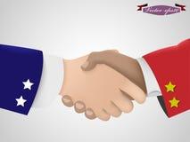 握在美国人和中国人之间的手 免版税库存照片