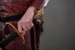 握在他的剑的中世纪骑士手 特写镜头 图库摄影