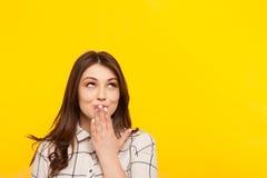 握在嘴的女孩手 免版税库存图片