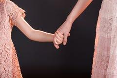 握在黑色的母亲和女儿手 图库摄影