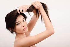 有长的头发的美丽的深色的女孩。 免版税图库摄影